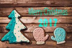 Biscuits 2017 de pain d'épice de Noël sur la carte de voeux en bois Photo libre de droits