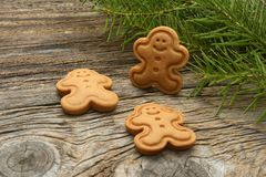 Biscuits de pain d'épice Biscuits de Noël sur le fond en bois Décorations de Noël, pain d'épice photographie stock