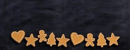 Biscuits de pain d'épice de Noël, vue supérieure, fond de tableau noir, bannière image stock