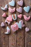 Biscuits de pain d'épice pour la Saint-Valentin sur un en bois Verticale à Photo stock