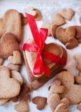 Biscuits de pain d'épice sous forme de coeur avec le ruban Images libres de droits