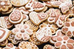Biscuits de pain d'épice sous forme de lapin, de fleurs, de coeurs, de grands-mères et d'oeufs de pâques photo stock