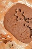 Biscuits de pain d'épice de Noël de cuisson La scène dépeint la pâte roulée Image libre de droits