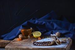 Biscuits de petit pain avec des écrous sur une table en bois Dessert géorgien image stock