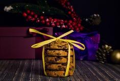 Biscuits de pile avec la miette de chocolat photos stock