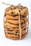 Biscuits de puce de chocolat d'isolement sur le fond blanc Image stock