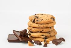 Biscuits de puce de chocolat d'isolement sur le fond blanc Images libres de droits