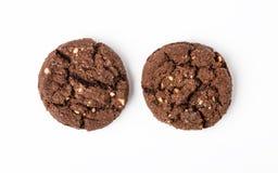 Biscuits de puce de chocolat d'isolement sur le fond blanc Images stock