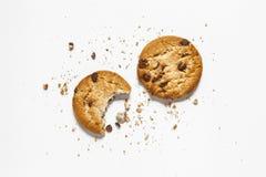 Biscuits de puce de chocolat d'isolement sur le fond blanc biscuits doux Pâtisserie faite maison photos stock