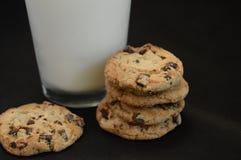 Biscuits de puce de chocolat avec du lait Photos stock
