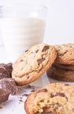Biscuits de puce de chocolat avec du lait et le chocolat Photographie stock