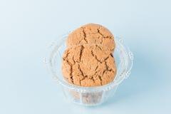 Biscuits de puce de chocolat dans une cuvette Image stock