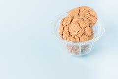 Biscuits de puce de chocolat dans une cuvette Photographie stock