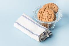 Biscuits de puce de chocolat dans une cuvette Image libre de droits