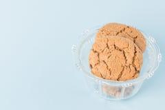Biscuits de puce de chocolat dans une cuvette Photo stock