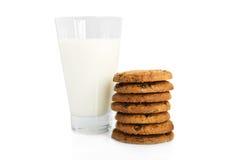 Biscuits de puce de chocolat et une glace de lait Photos libres de droits