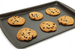 Biscuits de puce de chocolat sur la feuille de traitement au four Images libres de droits