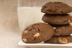 Biscuits de puce de chocolat triples avec du lait Images libres de droits