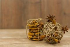 Biscuits de puce de Hocolate attachés avec de la ficelle à côté d'une boule de fil photographie stock