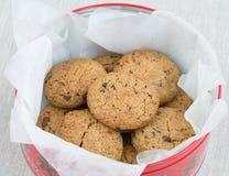 Biscuits de puces de chocolat dans un choc de bidon Photos stock
