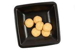 Biscuits de riz de Breackfast sur un paraboloïde noir Photographie stock libre de droits