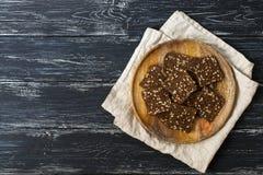 Biscuits de Rye d'un plat en bois, fond rustique, vue supérieure photo stock