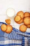 Biscuits de s?same avec du lait pour le petit d?jeuner pour des enfants Mains du ` s d'enfants dans le cadre Les enfants mangent  photographie stock