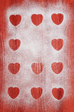 Biscuits de Saint-Valentin avec les canneberges et la menthe sur la table en bois rouge Photos libres de droits