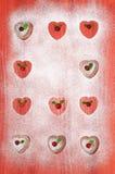 Biscuits de Saint-Valentin avec les canneberges et la menthe sur la table en bois rouge Image stock