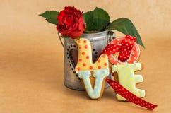Biscuits de Saint-Valentin comme amour et fleur de mot Photo libre de droits