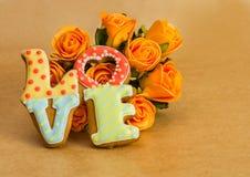 Biscuits de Saint-Valentin en tant qu'un amour et roses de mot Photo stock
