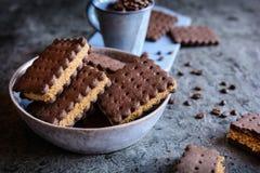 Biscuits de sandwich à cacao bourrés du remplissage de noix et de café photographie stock libre de droits