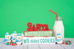Biscuits de Santa Stop Here We Have avec des biscuits de bonhomme de neige Images stock