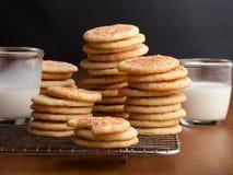 Biscuits de sucre caoutchouteux avec des verres de lait sur la table photos libres de droits