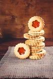 Biscuits de sucre de beurre formés comme des fleurs Image libre de droits