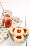 Biscuits de sucre de beurre formés comme des fleurs Photographie stock