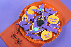 Biscuits de sucre de Halloween sur l'arrangement orange et pourpre de table Photographie stock