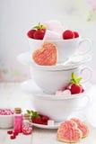 Biscuits de sucre de jour de valentines dans des tasses empilées Photographie stock libre de droits