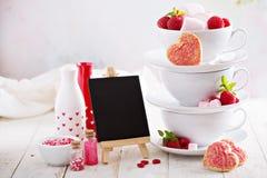 Biscuits de sucre de jour de valentines dans des tasses empilées Images libres de droits