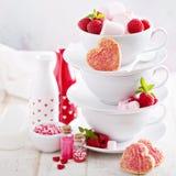 Biscuits de sucre de jour de valentines dans des tasses empilées Photos stock