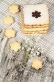 Biscuits de sucre faits maison avec la confiture décorée des fleurs. Image libre de droits