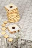 Biscuits de sucre faits maison avec la confiture décorée des fleurs. Image stock