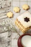 Biscuits de sucre faits maison avec la confiture décorée des fleurs. Photographie stock