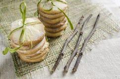 Biscuits de sucre faits maison de citron attachés avec les branches sèches par corde, fond brouillé Photos libres de droits