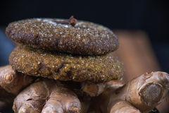 Biscuits de sucre faits maison de rupture de gingembre de cannelle Image libre de droits