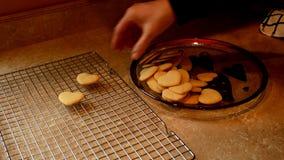 Biscuits de sucre faits maison savoureux de Valentine de la grand-mère, faits avec amour et frais hors du four clips vidéos