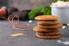Biscuits de sucre fraîchement cuits au four sur le fond noir de Noël photos libres de droits