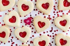 Biscuits de sucre remplis par confiture en forme de coeur Photos stock
