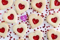 Biscuits de sucre remplis par confiture en forme de coeur Images libres de droits