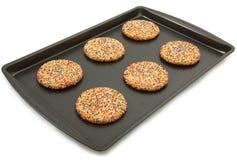 Biscuits de sucre sur la feuille de traitement au four Images libres de droits